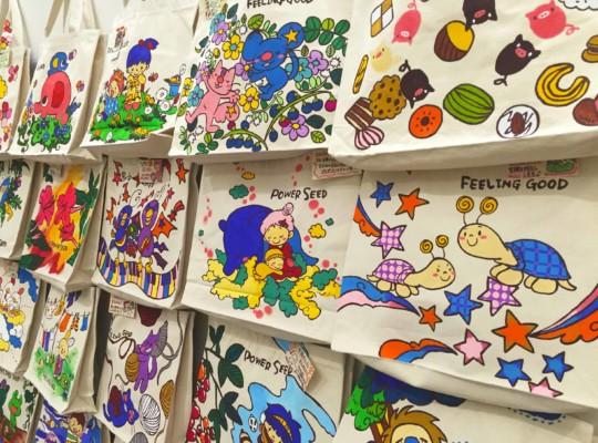 手描きトートには物語がある。